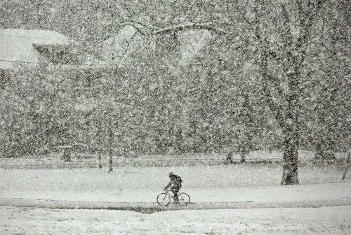 Ποδήλατο σε χιονισμένο τοπίο