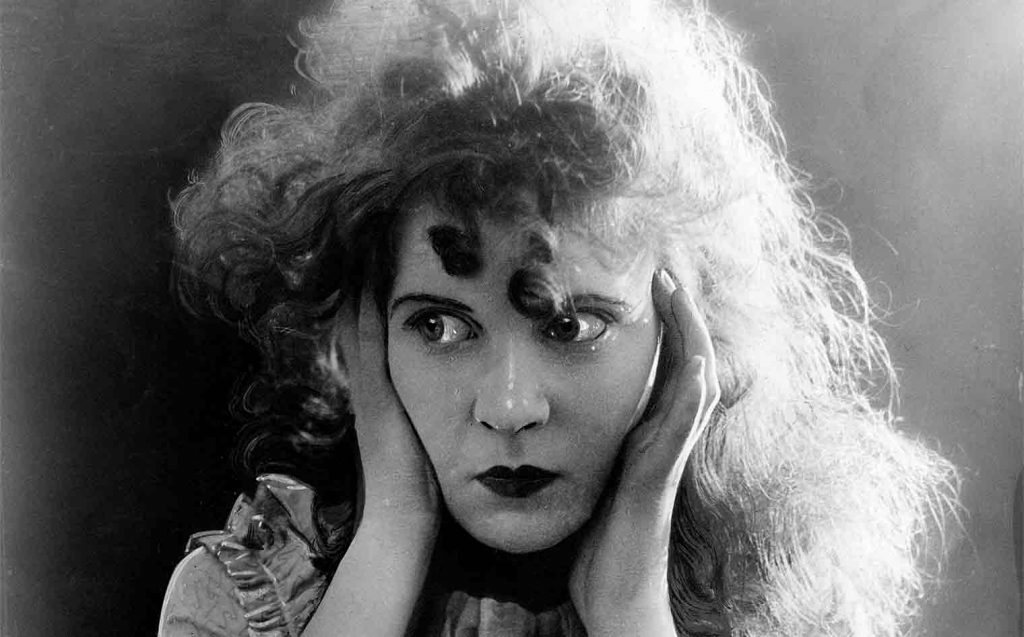 Lillian Gish scared in The Birth of A Nation / Η Λίλιαν Γκις σε σκηνή από τη Γέννηση Ενός Έθνους