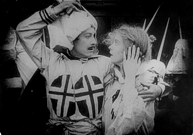 Behind the KKK mask - a scene from The Birth of a Nation / Πίσω από τη μάσκα της Κου Κλουξ Κλαν... σκηνή από τη Γέννηση Ενός Έθνους