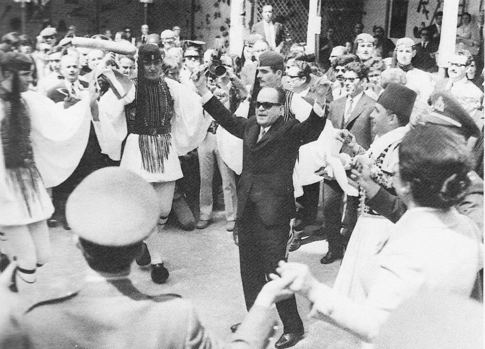 ο δικτάτορας Γεώργιος Παπαδόπουλος σε χορό με τσολιάδες... ο νέος ελληνικός πολιτισμός