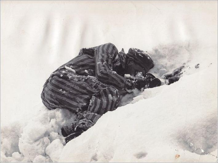 Νεκρός του Μαουτχάουζεν στο χιόνι / Mauthausen inmate lies dead in the snow