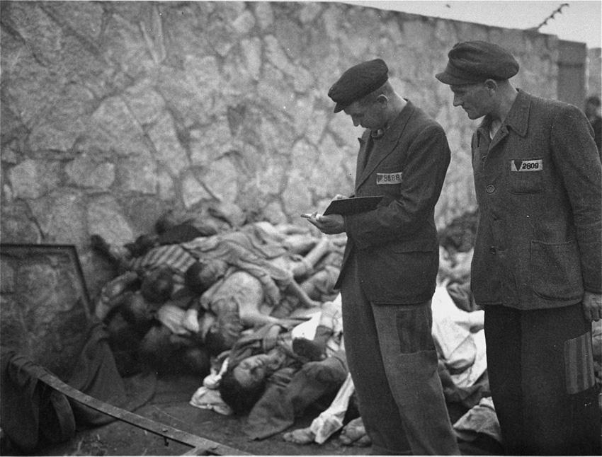 Επιζήσαντες μετρούν τα πτώματα στο Μαουτχάουζεν / Survivors counting the corpses of prisoners killed in the Mauthausen concentration camp.