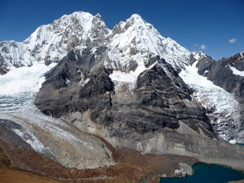 Ψηλά, θεόρατα βουνά που μοιάζουν με εμπόδια