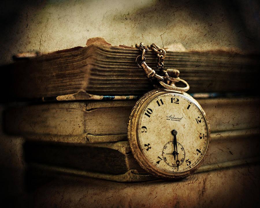 Παλιό ρολόι χειρός και βιβλία / Old clock and books