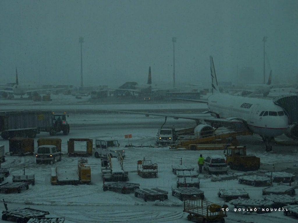 Το χιονισμένο αεροδρόμιο στο Μόναχο / Airport covered in snow in Munich