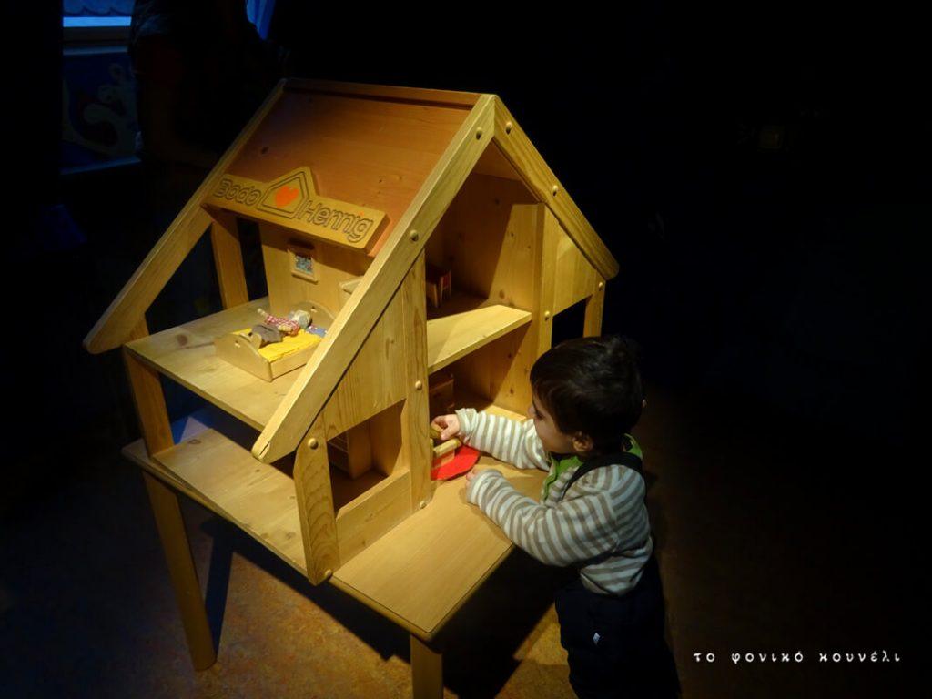 Παίζοντας στο μουσείο των παιχνιδιών / Playing in the Toy Museum
