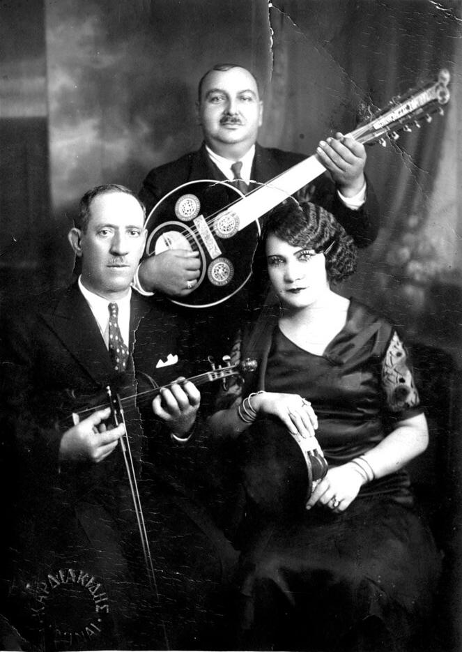 Ένα αφιέρωμα στη Ρόζα Εσκενάζυ και την ιστορία της στο ρεμπέτικο τραγούδι. Λόγια: το φονικό κουνέλι