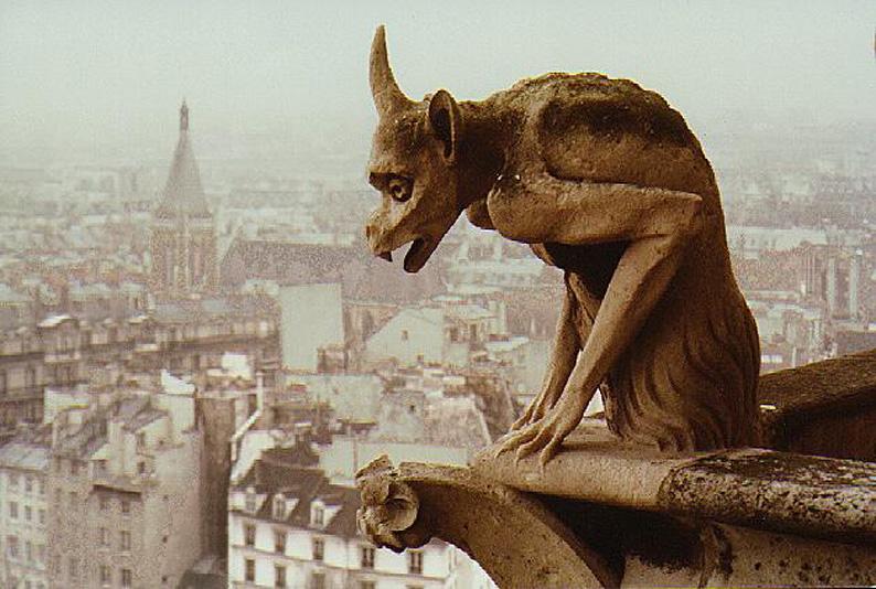 Τερατόμορφο άγαλμα Γκαργκόιλ στην Παναγία των Παρισίων / Gargoyle on top of Notre Dame, in Paris