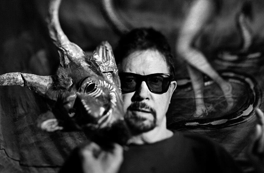 Ο Τομ Ρόμπινς πίσω από τη μάσκα του Πάνα / Tom Robbins behind Pan's mask