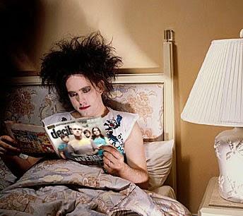 The Cure's Robert Smith reading a comic book / Ο Ρόμπερτ Σμιθ ενώ διαβάζει το κόμικ του