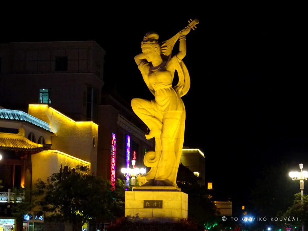 Κίνα, στον δρόμο του μεταξιού... Νυχτερινή ζωή στη Ντουνχουάνγκ / China, on the Silk Road