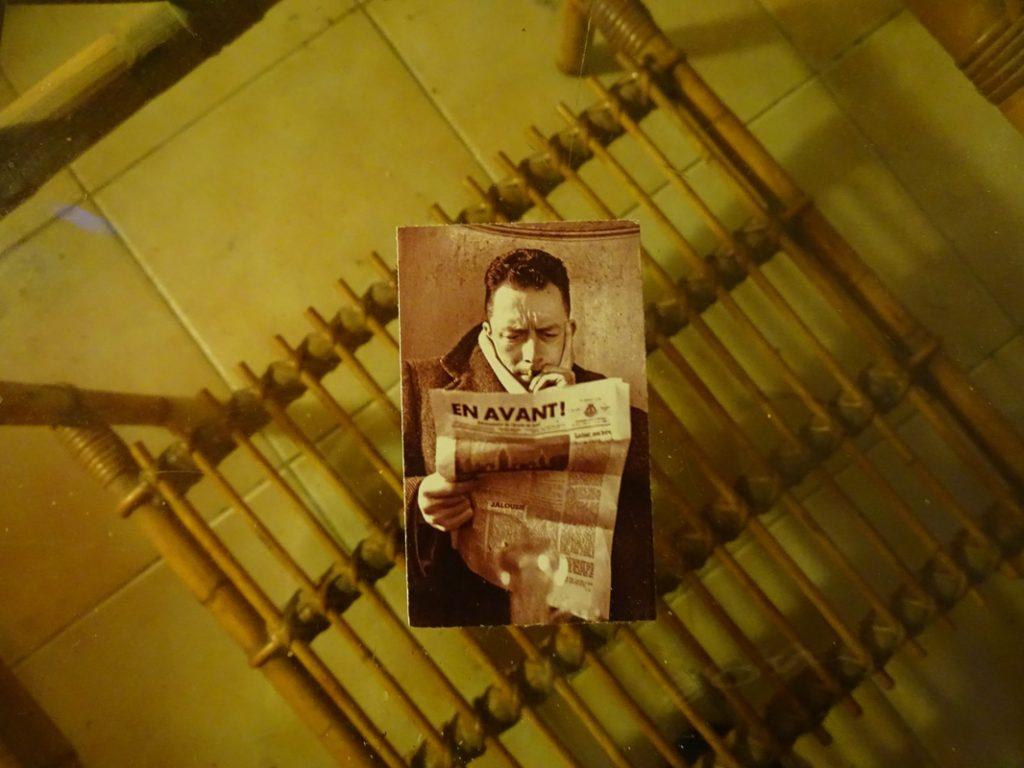 Ο Αλμπέρ Καμύ και το αθέατο καλοκαίρι / Albert Camus reading a newspaper