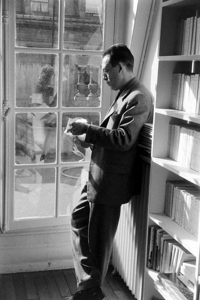 Ο Αλμπέρ Καμύ πλάι στο παράθυρο / Albert Camus by the window